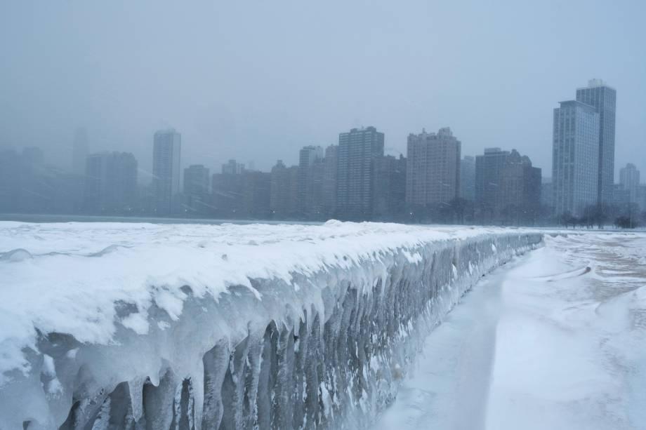 Passarela da North Avenue Beach, fica congelada sobre o Lago Michigan, em Chicago, Illinois - 29/01/2019