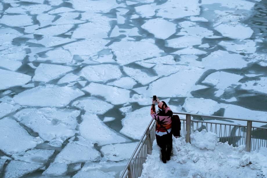 Placas de gelo se formam sobre o Rio Chicago devido a uma onda de frio chamada vórtice polar que atingiu  grande parte do centro e leste dos Estados Unidos, em Illinois - 29/01/2019