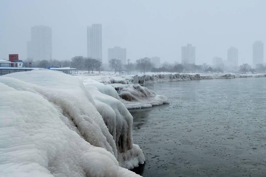 Lago Michigan é visto congelado após a passagem do fenômeno chamado de vórtice polar, durante onda de frio que atinge o estado americano de Chicago - 29/01/2019