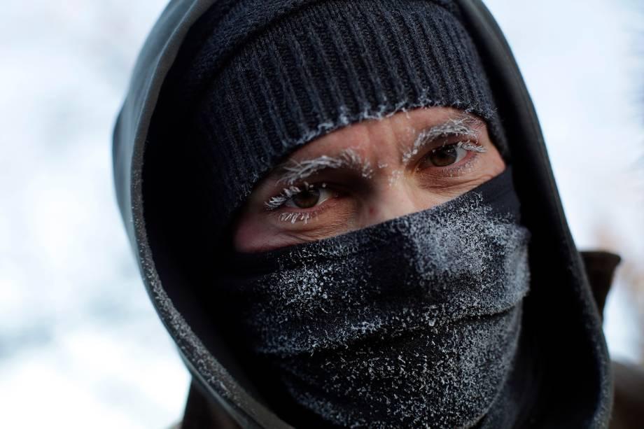 Homem fica com os cílios e sobrancelhas congeladas após uma caminhada ao redor do Lago Michigan, em Chicago, Illinois - 30/01/2019