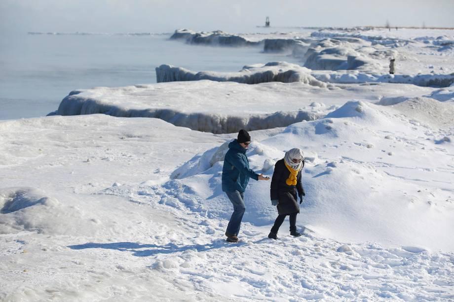 Pessoas caminham sobre as camadas de gelo que se formaram no Lago Michigan, em Chicago, Illinois - 30/01/2019