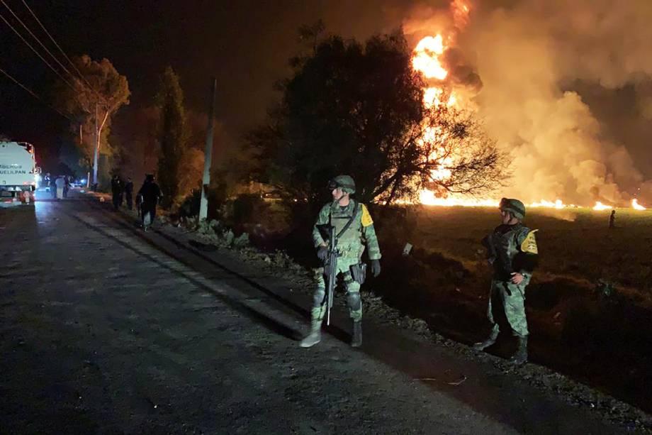 Soldados fazem patrulha próximo de oleoduto que explodiu em Tlahuelilpan, cidade localizada no estado mexicano de Hidalgo - 18/01/2019