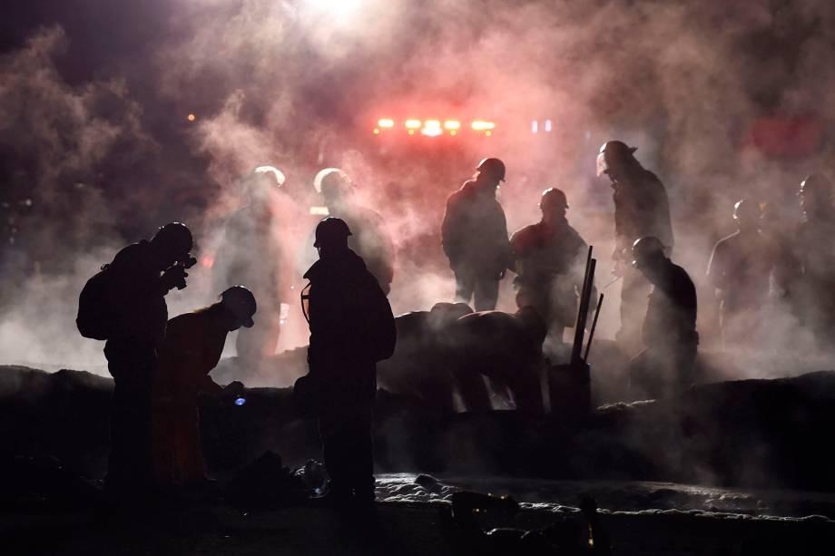 Bombeiros apagam chamas e auxiliam feridos após explosão de oleoduto em Tlahuelilpan, cidade localizada no estado mexicano de Hidalgo - 18/01/2019