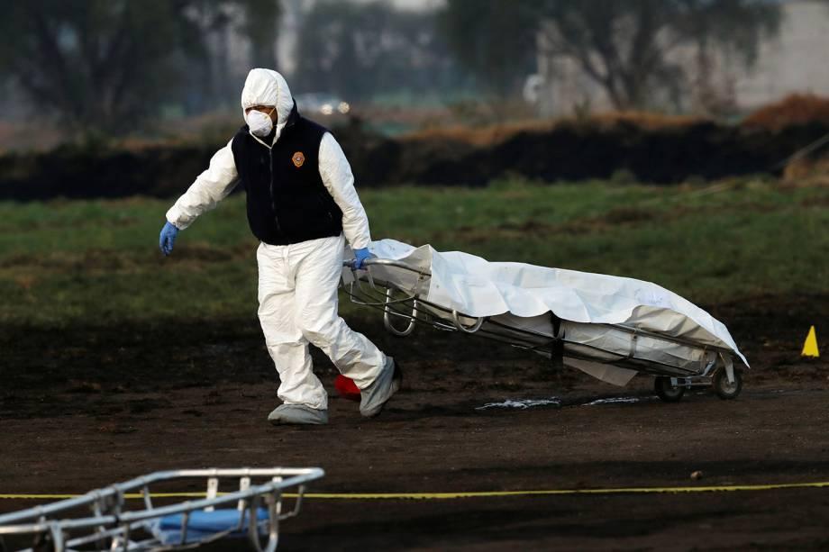Técnico forense carrega corpo de vítima após explosão de oleoduto em em Tlahuelilpan, cidade localizada no estado mexicano de Hidalgo - 18/01/2019
