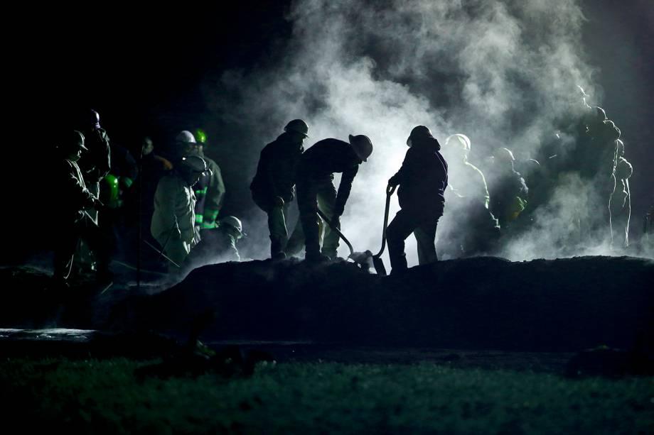Equipes de resgate realizam busca por vítimas após explosão de oleoduto em Tlahuelilpan, cidade localizada no estado mexicano de Hidalgo - 19/01/2019