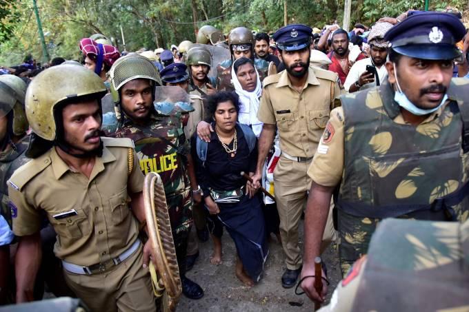 Mulheres são escoltadas ao tentar entrar em templo na Índia