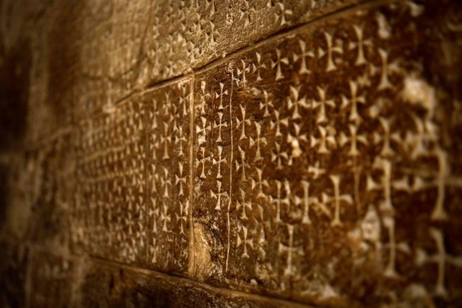 Cruzes esculpidas na parede por peregrinos são vistas ao lado de escadas que levam à Cripta de Santa Helena na Igreja do Santo Sepulcro na Cidade Velha de Jerusalém - 27/03/2018