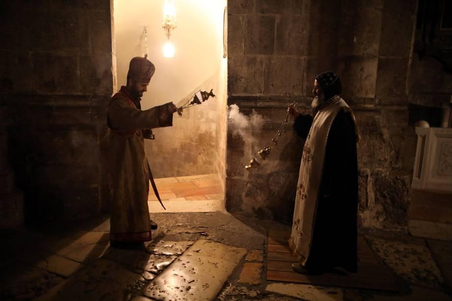 Membros do clero Cristão Ortodoxo dispersam incenso no interior da Igreja do Santo Sepulcro, na Cidade Velha de Jerusalém - 17/11/2018