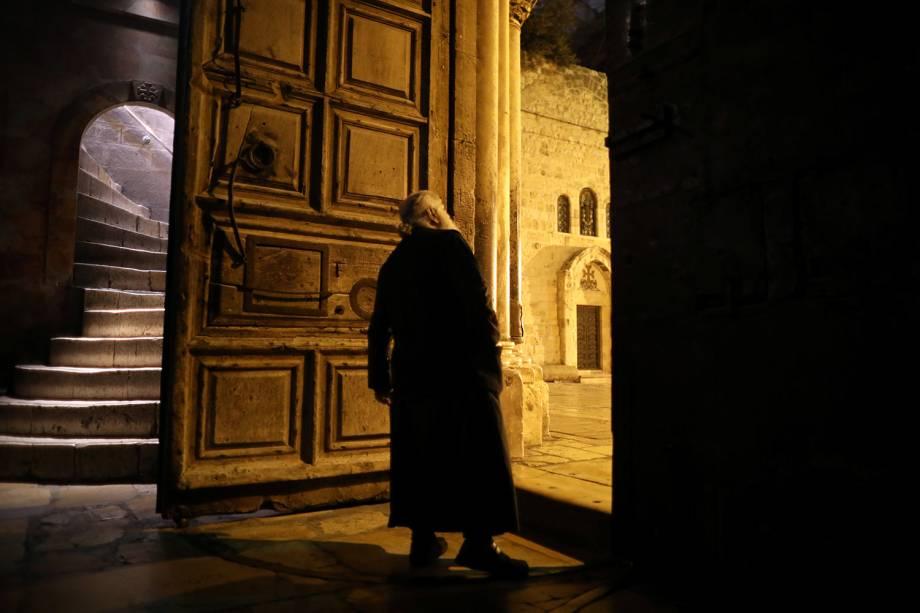 Membro do clero Cristão Ortodoxo na porta de entrada da Igreja do Santo Sepulcro na Cidade Velha de Jerusalém - 17/11/2018