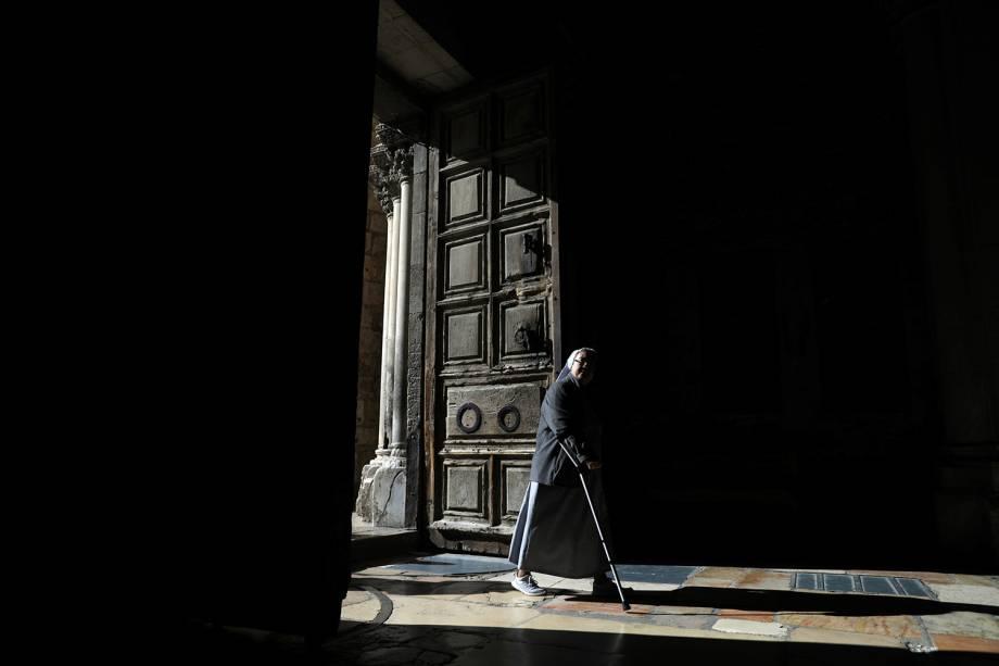 Freira entra na Igreja do Santo Sepulcro na Cidade Velha de Jerusalém - 11/12/2018