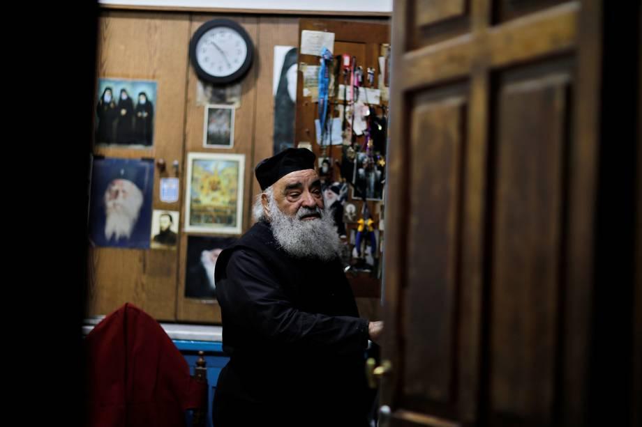 Membro do clero Cristão Ortodoxo em escritório dentro da Igreja do Santo Sepulcro na Cidade Velha de Jerusalém - 17/11/2018