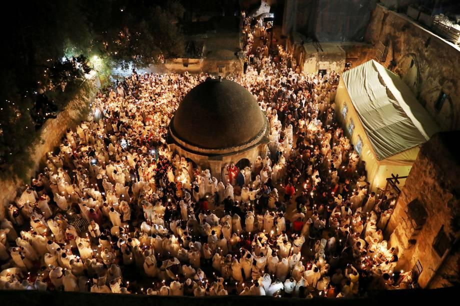 Fiéis etíopes ortodoxos seguram velas durante a cerimônia do Fogo Sagrado na seção etíope da Igreja do Santo Sepulcro, na Cidade Velha de Jerusalém - 07/04/2018