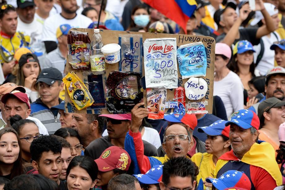 Manifestante carrega cartaz durante marcha contra o presidente Nicolás Maduro em Caracas, Venezuela - 23/01/2019