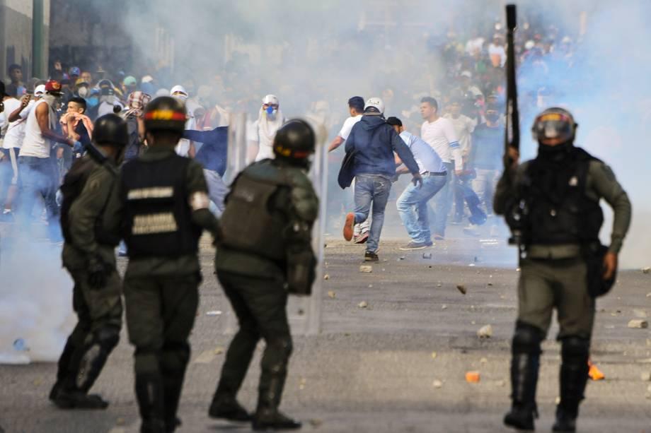 Manifestantes entram em confronto com a polícia durante marcha contra o presidente venezuelano Nicolás Maduro, em Caracas - 23/01/2019