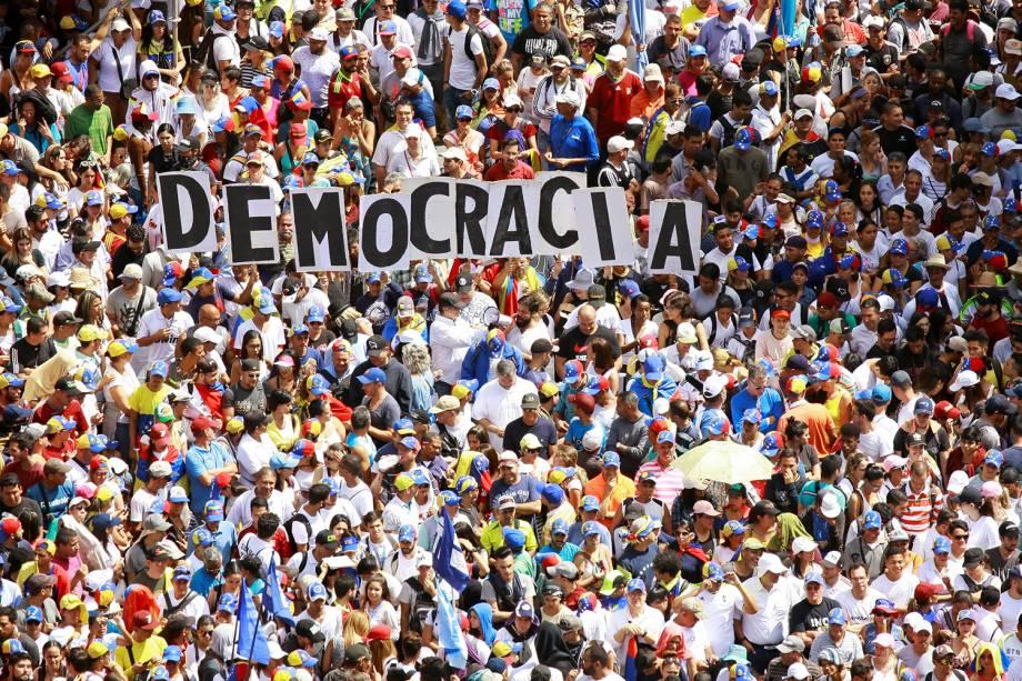 """Manifestantes contrários ao governo do presidente venezuelano Nicolás Maduro carregam letras que formam a palavra """"Democracia"""", durante marcha realizada em Caracas - 23/01/2019"""