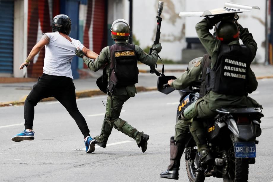 Policiais entram em confronto com manifestantes durante marcha contra o presidente Nicolás Maduro, em Caracas - 23/01/2019
