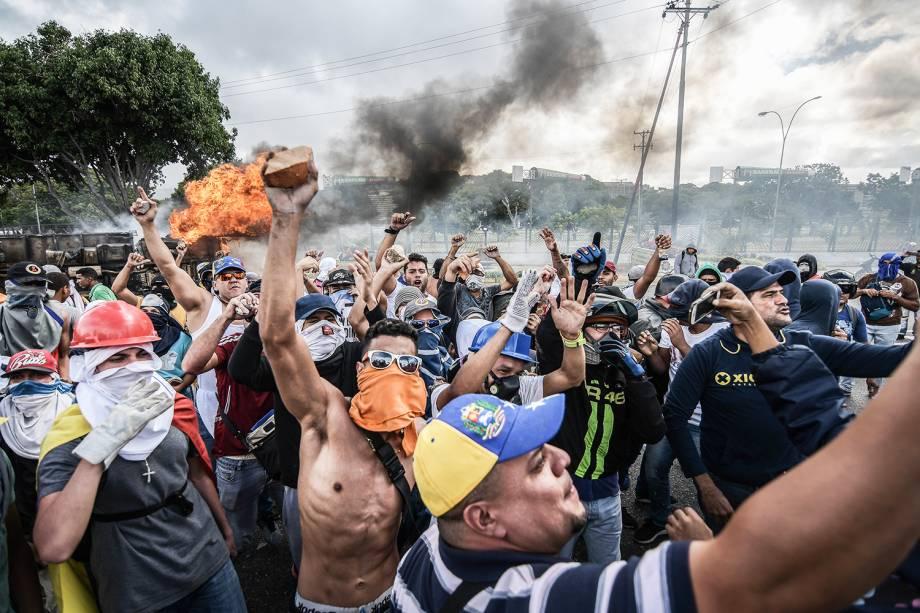 Manifestantes fazem barricadas durante protesto contra o governo do presidente venezuelano Nicolás Maduro, em Caracas - 23/01/2019