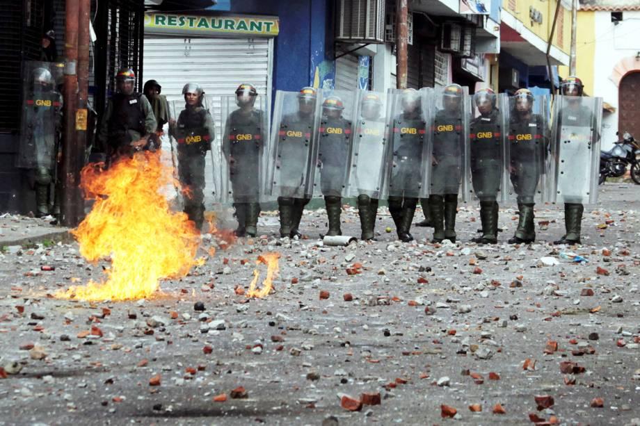 Forças de segurança entram em confronto com manifestantes, durante marcha realizada contra o governo do presidente venezuelano Nicolás Maduro, em Caracas - 23/01/2019