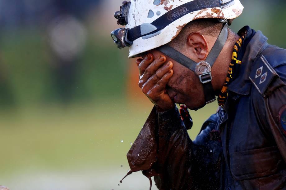 Membro da equipe de resgate se emociona após a missão de salvamento devido ao rompimento da barragem da Vale em Brumadinho, Minas Gerais - 28/01/2019