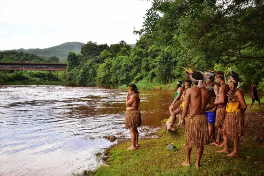 Indígenas da tribo Pataxó Ha-ha-hae olham para o rio Paraopeba enlameado, depois que uma barragem da mineradora Vale SA cedeu, em São Joaquim de Bicas, perto de Brumadinho, Minas Gerais - 25/01/2019