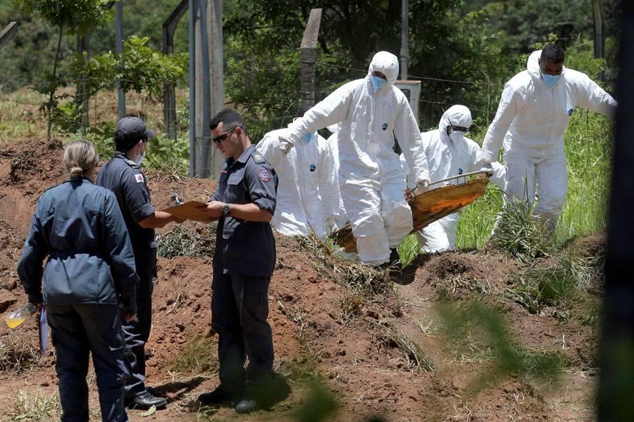 Membros da equipe de resgate transportam um corpo encontrado no meio da lama após o rompimento de barragem de Brumadinho, Minas Gerais- 28/01/2019