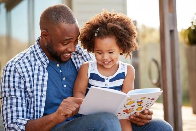 Saúde – Pai lê livro com filha
