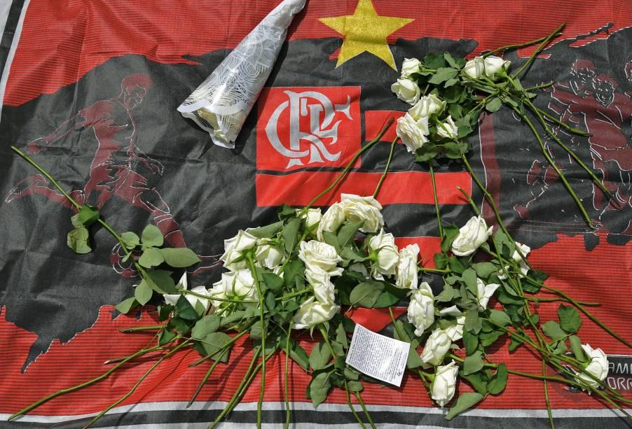 Homenagens com flores e faixas são deixadas em frente ao CT Ninho do Urubu, do Flamengo, em solidariedade às vítimas - 09/02/2019