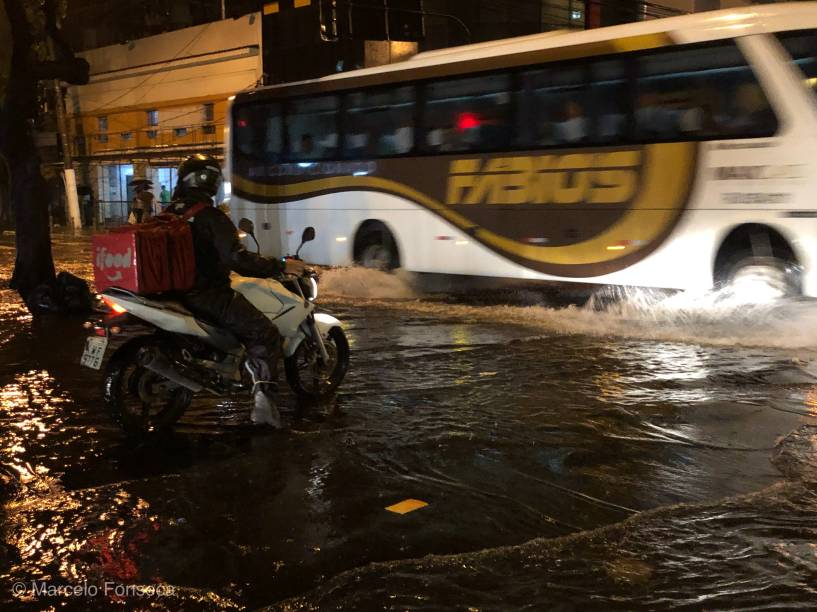 Praça Afonso Pena, na Tijuca, zona norte do Rio de Janeiro, fica alagada após chuva forte no Rio