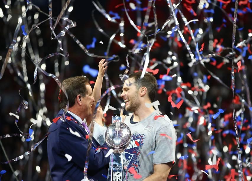 Com a filha no colo, Tom Brady é entrevistado após a vitória do New England Patriots