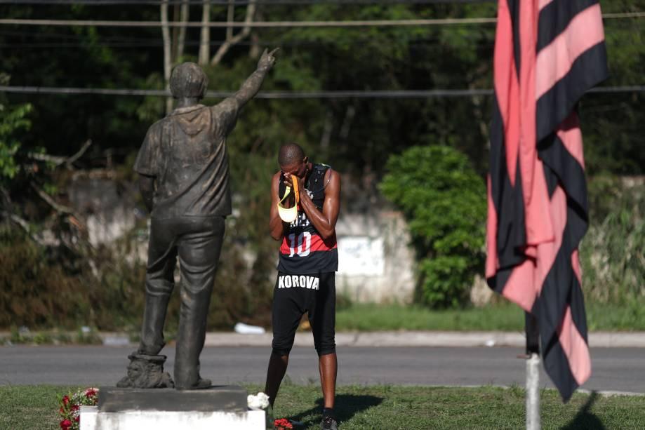 Homem lamenta o incêdio e as mortes no CT Ninho do Urubu, do Flamengo, no Rio de Janeiro - 09/02/2019