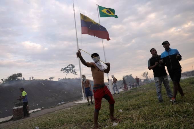 Manifestantes entram em confronto com militares venezuelanos em Pacaraima