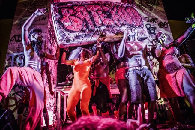 MUITO ALÉM DA FAVELA - Coletivos de dançarinos fazem festas voltadas ao público gay em bairros nobres de São Paulo e do Rio de Janeiro