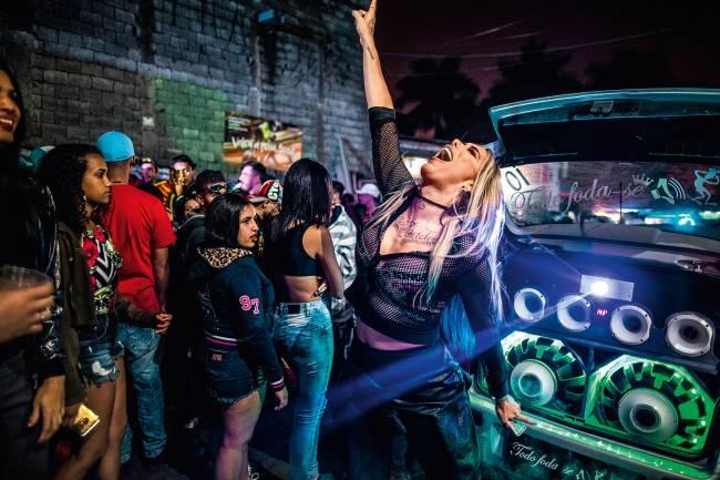 """TOLERÂNCIA - Vitória Monforte, no Baile da DZ7, em Paraisópolis: """"Ninguém me olha torto por eu ser transexual"""""""