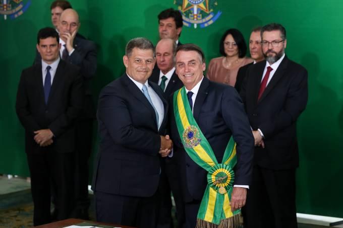 Bolsonaro cumprimenta Bebianno durante Cerimônia de Nomeação dos Ministros – 1/1/2019