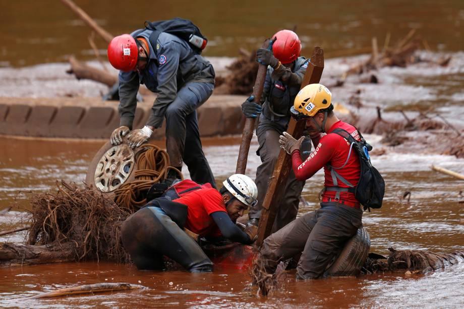Equipe de resgate buscam vítimas em carro submerso no rio Paraopeba em Brumadinho, Minas Gerais - 05/02/2019