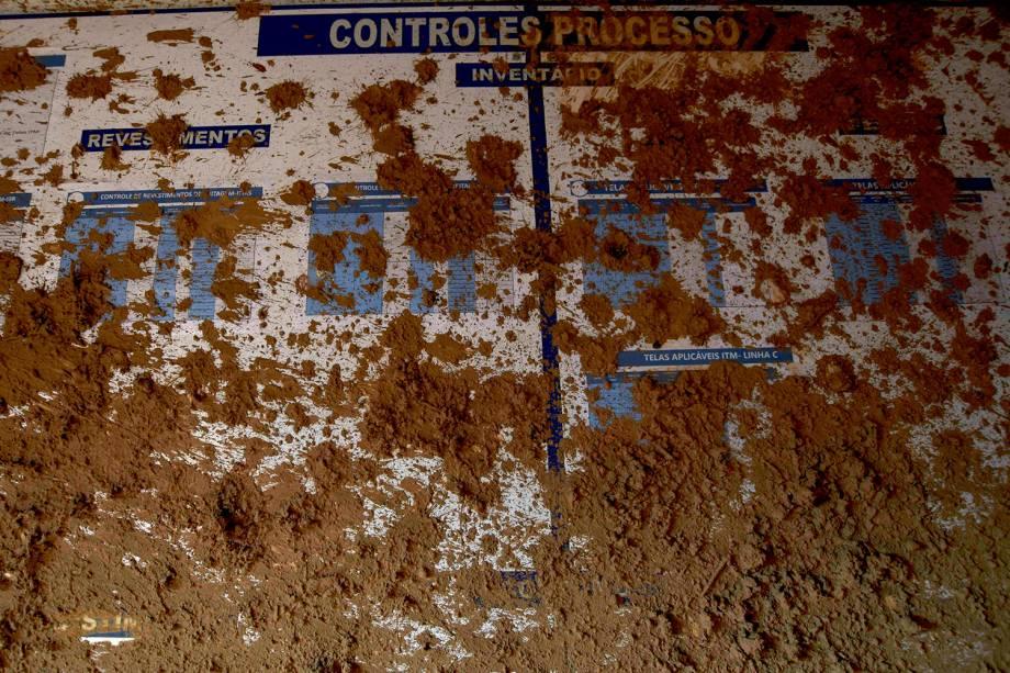 Parede de um escritório coberta de lama proveniente de um rompimento de uma barragem de rejeitos pertencente à mineradora brasileira Vale SA em Brumadinho, Minas Gerais - 13/02/2019