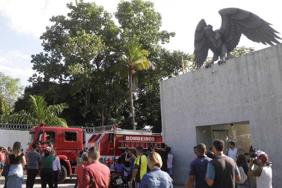 Caminhão do Corpo de Bombeiros do Rio de Janeiro é visto do lado de fora do CT Ninho do Urubu, do Flamengo, após um incêndio nesta madrugada - 08/02/2019