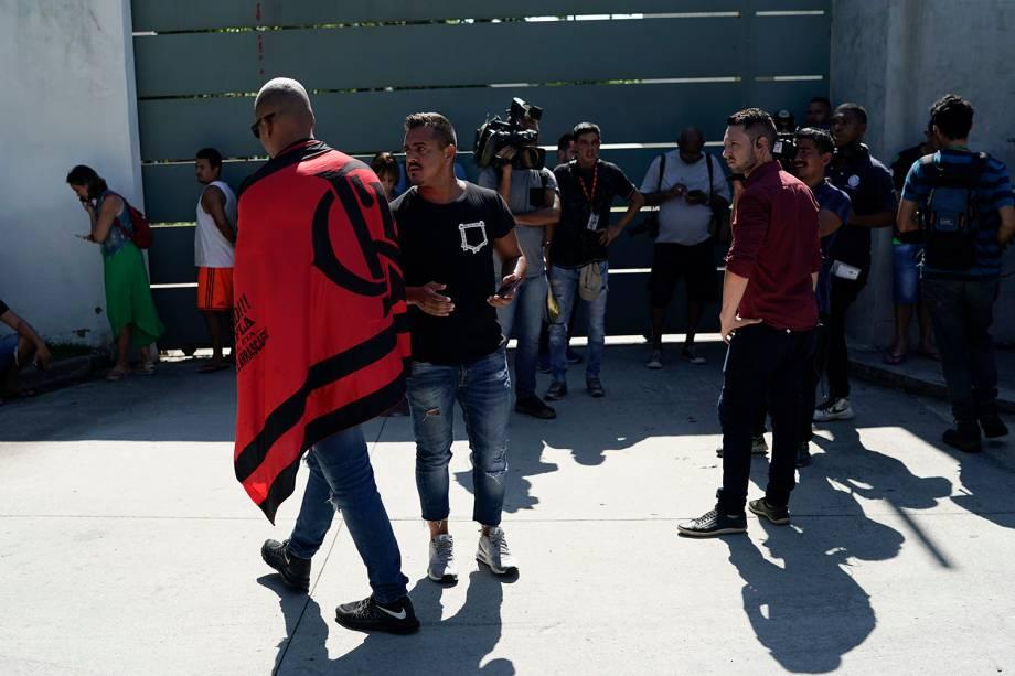Amigos, parentes, jornalistas e funcionários de aglomeram na porta do CT Ninho do Urubu, do Flamengo, à espera de mais informações sobre o incêndio que matou 10 pessoas nesta madrugada - 08/02/2019