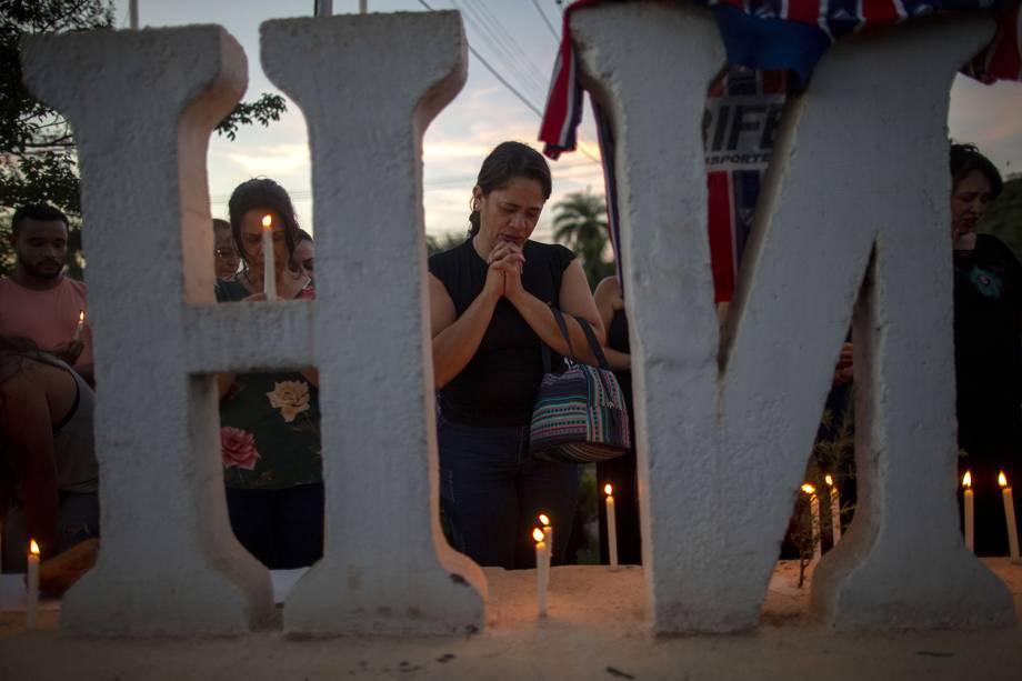 Familiares das vítimas e desaparecidos oram durante vigília na entrada da cidade de Brumadinho em Minas Gerais - 29/01/2019