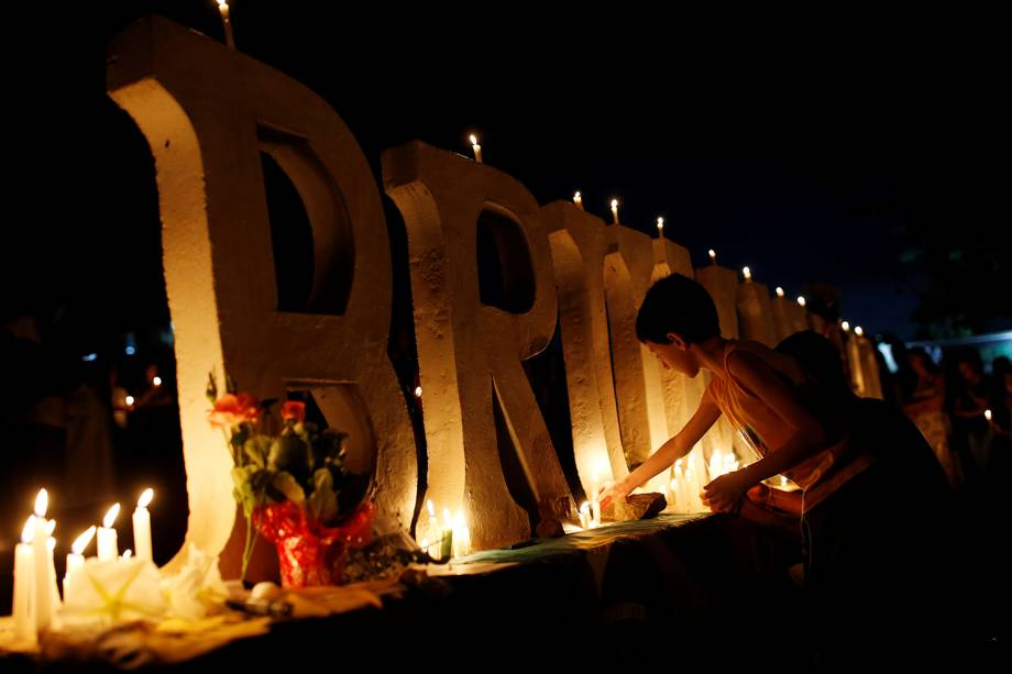 Pessoas acendem velas para vítimas e desaparecidos durante vigília na cidade de Brumadinho em Minas Gerais - 29/01/2019