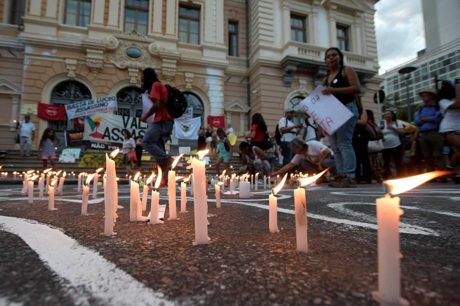 Pessoas acendem velas durante protesto em Belo Horizonte contra a empresa responsável por barragem que rompeu na cidade de Brumadinho em Minas Gerais - 29/01/2019
