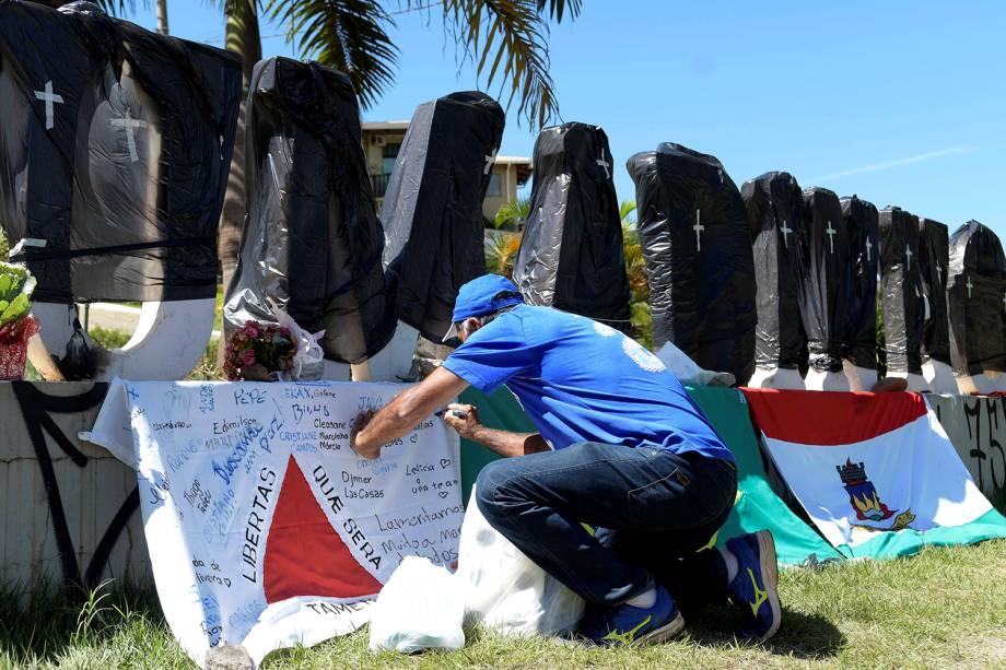 Pessoas em luto cobrem com sacos pretos nome da cidade de Brumadinho que foi atingida por rompimento de barragem em Minas Gerais - 01/02/2019