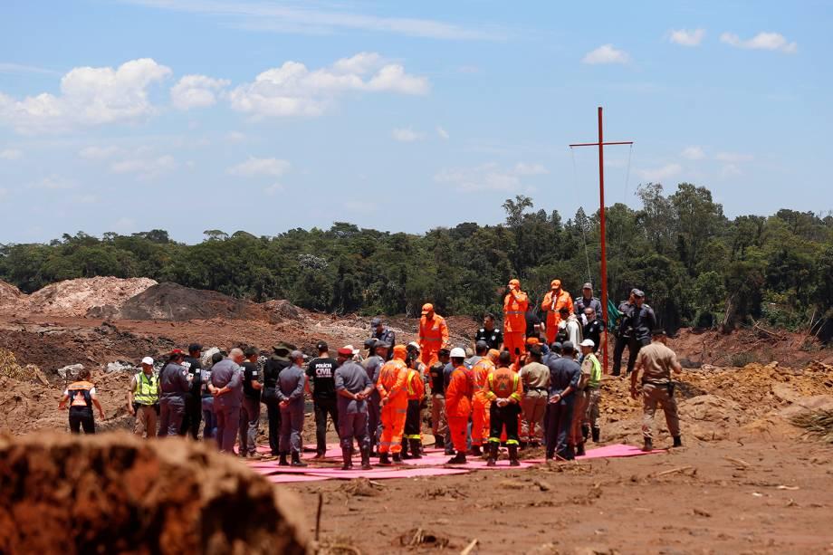 Equipes de resgate oram em homenagem as vítimas de rompimento de barragem em Brumadinho, Minas Gerais - 01/02/2019