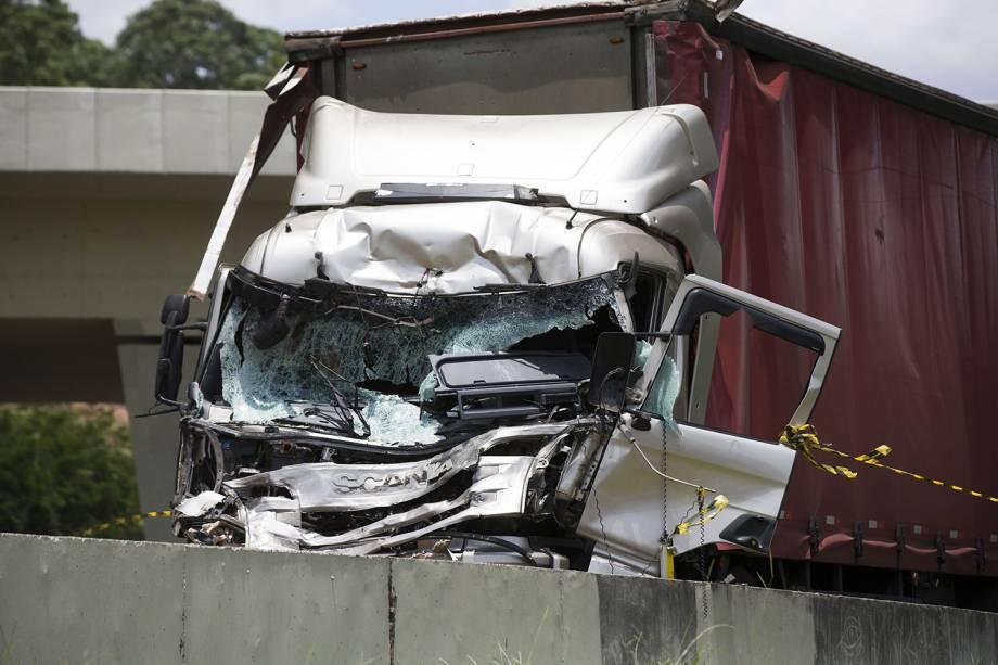 Duas pessoas morrem após um helicóptero cair em trecho do Rodoanel que dá acesso à rodovia Anhanguera, na zona oeste de São Paulo, e atingir um caminhão que estava na via. Entre as vítimas, está o jornalista da Bandeirantes, Ricardo Boechat - 11/02/2019