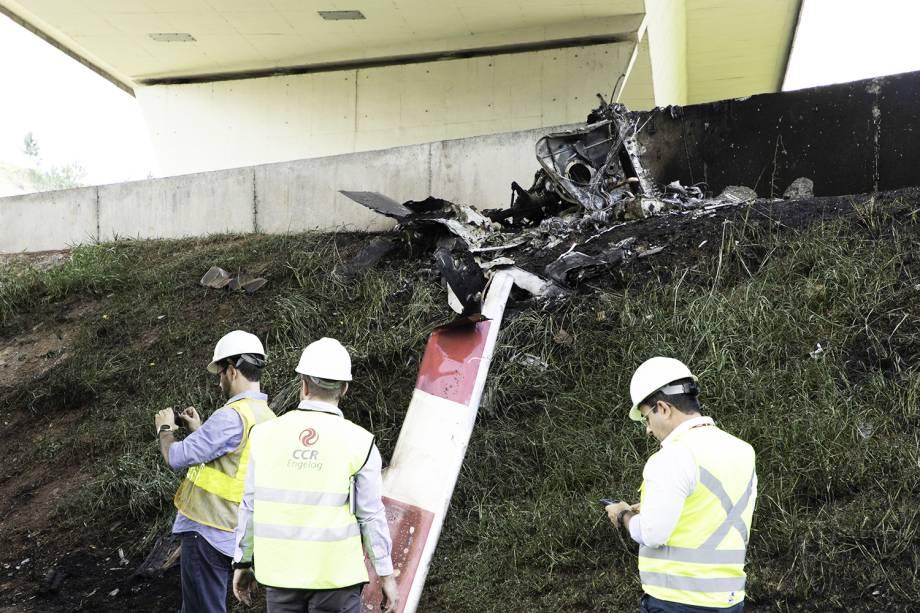 Helicóptero caiu na Rodovia Anhanguera, em São Paulo, nesta segunda-feira (11). Dois tripulantes da aeronave morreram carbonizados, sendo uma das vitímas o jornalista Ricardo Boechat - 11/02/2019