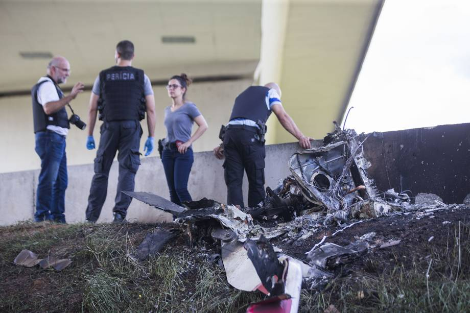 Duas pessoas morrem após um helicóptero cair em trecho do Rodoanel que dá acesso à rodovia Anhanguera, na zona oeste de São Paulo, e atingir um caminhão que estava na via. Entre as vítimas, está o jornalista Ricardo Boechat - 11/02/2019
