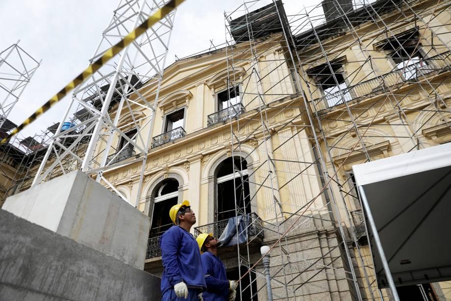 Funcionários trabalham na restauração do Museu Nacional - 12/02/2019