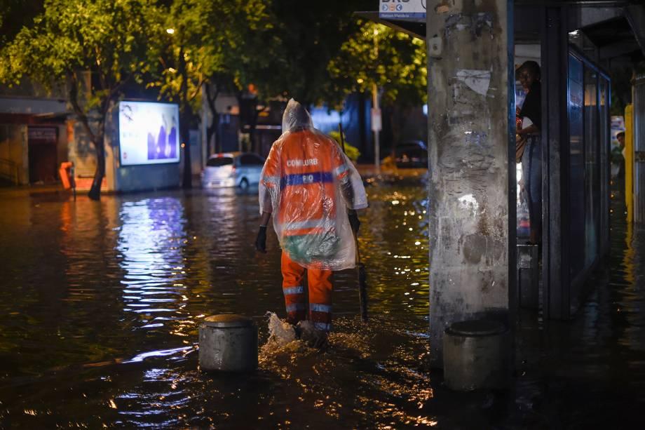 Uma funcionária da limpeza caminha pela rua Voluntários da Pátria, no bairro de Botafogo, após fortes chuvas que inundaram várias regiões do Rio de Janeiro - 06/02/2019