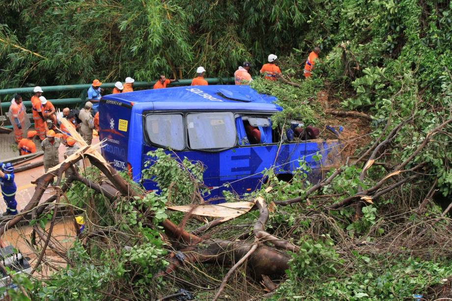 Bombeiros trabalham no resgate de desaparecidos após ônibus ser atingido por um deslizamento de terra e queda de árvores na Avenida Niemeyer, Zona Sul do Rio de Janeiro - 07/02/2019