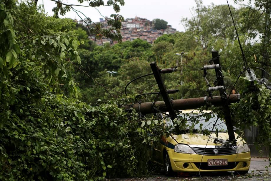 Um poste elétrico caiu em cima de um táxi no bairro da Gávea devido aos ventos de até 110km/h que foram registrados durante o temporal no Rio de Janeiro - 07/02/2019